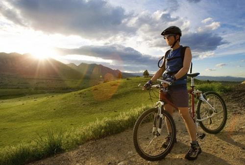sal con tu bicicleta y música por la montaña